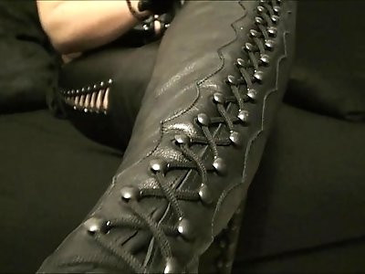 Mistress Roberta boots cleaning POV