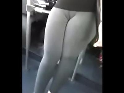Cameltoe en el bus marcando panocha
